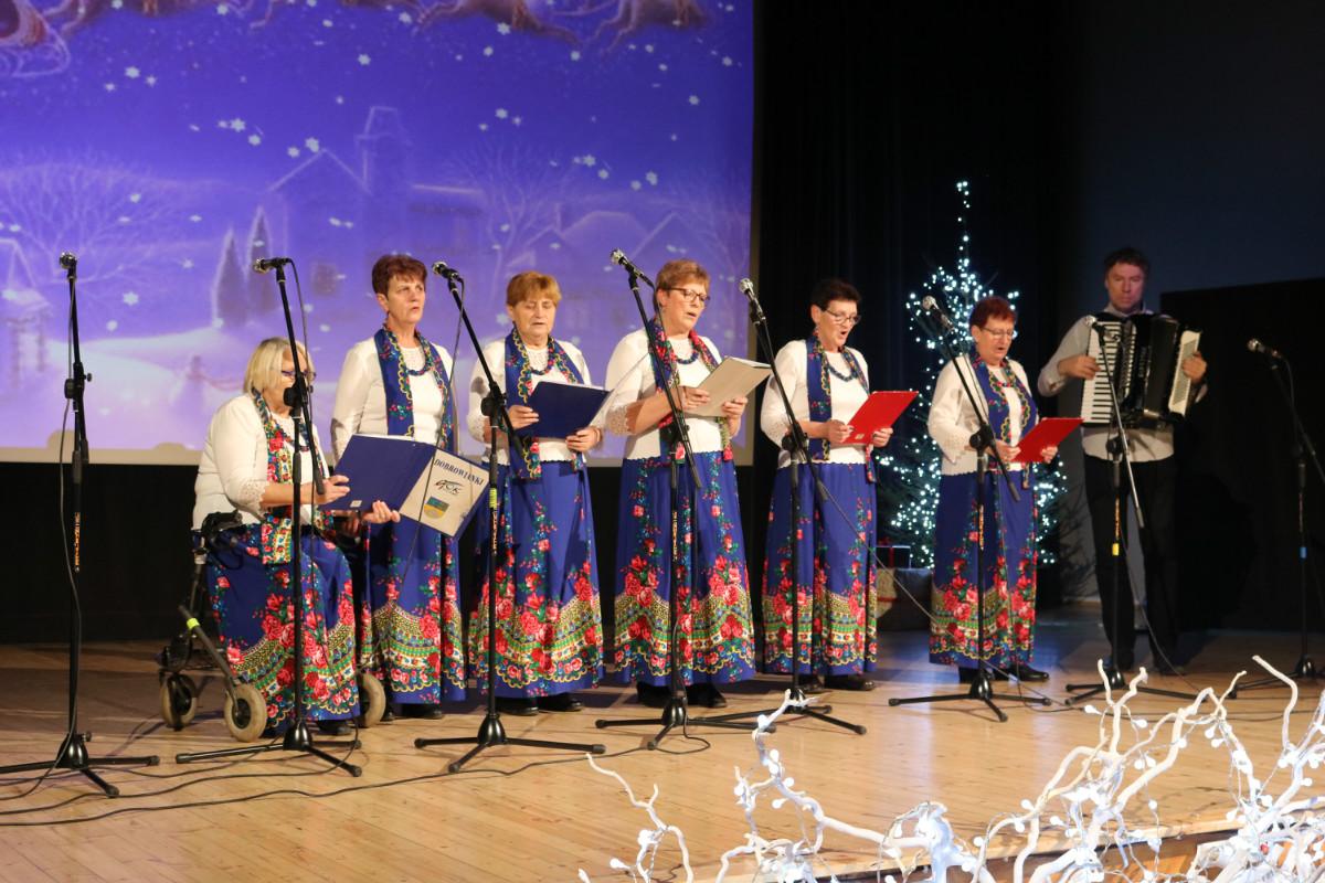 Zespół Ludowy Dobrowianki. Występ na scenie sali widowiskowo- kinowej podczas koncertu Bożonarodzeniowego.