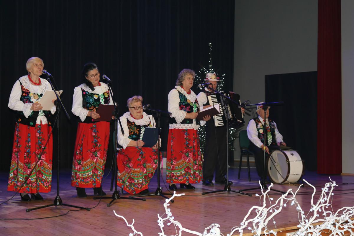 Zespół Ludowy Radość. Występ na sali widowiskowo- kinowej podczas koncertu Bożonarodzeniowego.