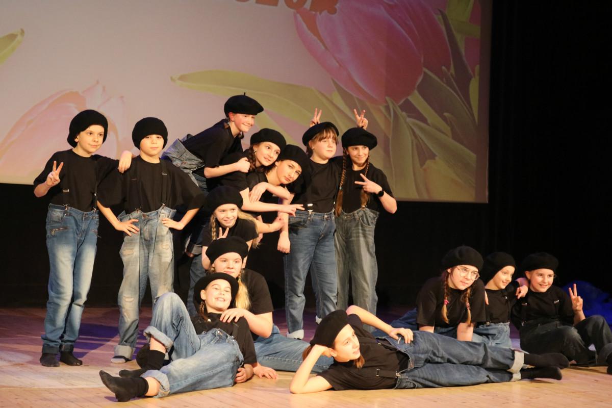 Sekcja teatralna. Uczestnicy sekcji. Występ podczas koncertu z okazji Dnia Kobiet na scenie w sali widowiskowo - kinowej.